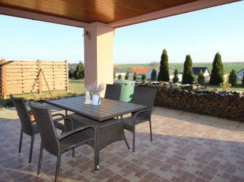 Terasa - Prodej domu v osobním vlastnictví 235 m², Hluboké Mašůvky