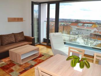 Obývací pokoj s prosklenou stěnou - Pronájem bytu 2+kk v osobním vlastnictví 47 m², Brno