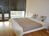 Soukromí v ložnici zajistí venkovní nastavitelné žaluzie - Pronájem bytu 2+kk v osobním vlastnictví 47 m², Brno