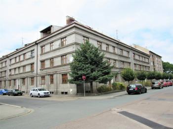 pohled z ulice - Prodej bytu 2+kk v osobním vlastnictví 37 m², Nymburk