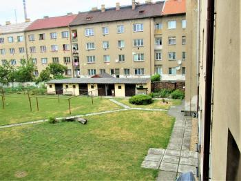pohled do vnitrobloku - Prodej bytu 2+kk v osobním vlastnictví 37 m², Nymburk