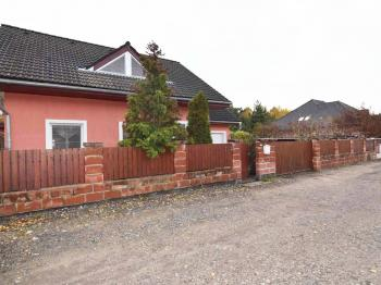 POHLED Z ULICE - Prodej domu v osobním vlastnictví 140 m², Hradištko