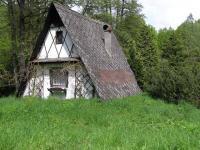Chata od příjezdu (Prodej pozemku 3757 m², Mikulovice)