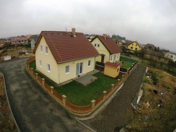 Pohled na již realizované stavby samostatných rodinných domů v řešené lokalitě - Prodej domu v osobním vlastnictví 125 m², Blatná