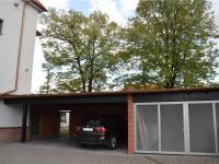 Boční vstup, parkovací stání, přístřešek (Prodej komerčního objektu 671 m², České Budějovice)