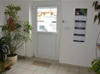 hlavní vchod do budovy - Pronájem komerčního objektu 22 m², České Budějovice