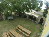 Venkovní zahrada s posezením a vstupem - Prodej restaurace 200 m², Hoštice