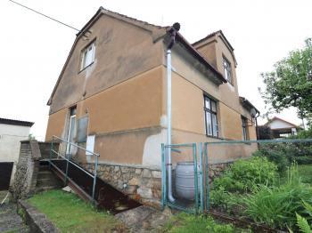 Pohled na dům od silnice - Prodej domu v osobním vlastnictví 180 m², Prachatice