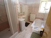 Koupelna v přízemí - Prodej domu v osobním vlastnictví 153 m², Chanovice