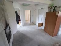 1NP - pokoj č. 1 s k.k., krbem, vstupem a vstupem na terasu (Prodej domu v osobním vlastnictví 172 m², Mrákov)