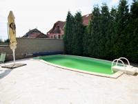 RD - Chýně - Praha západ - pohled na bazen - Prodej domu v osobním vlastnictví 175 m², Chýně