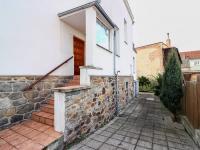 Pohled na vjezd a příchod do domu - Prodej domu v osobním vlastnictví 178 m², Strakonice