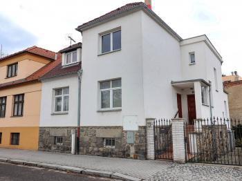 Pohled na dům z ulice Holečkova - Prodej domu v osobním vlastnictví 178 m², Strakonice