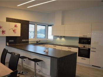 obývací pokoj s kuchyní a barovým pultem - Pronájem domu v osobním vlastnictví 158 m², Lišov
