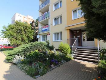 pohled na dům s bytem - Prodej bytu 4+1 v osobním vlastnictví 78 m², Plzeň