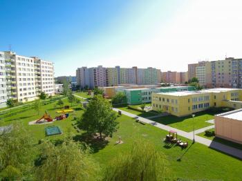 Okolí ( pohled z lodžie u obývacího pokoje) - Prodej bytu 5+1 v osobním vlastnictví 99 m², České Budějovice