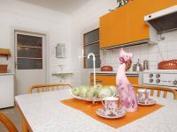 Kuchyně - pohled na dveře do obývacího pokoje a do vstupní haly bytu v 1.NP  - Prodej domu v osobním vlastnictví 320 m², České Budějovice