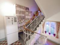 Pohled od dveří bytu ve 2.NP směrem ke schodišti vedoucímu na půdu - Prodej domu v osobním vlastnictví 320 m², České Budějovice