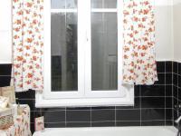 Okno z koupelny v 1.NP má výhled do zahrady  - Prodej domu v osobním vlastnictví 320 m², České Budějovice