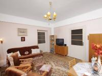Pohled z obývacího pokoje na vstup do ložnice a do kuchyně ve 2.NP - Prodej domu v osobním vlastnictví 320 m², České Budějovice