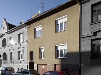 Pohled na dům z ulice M. Vydrové - Prodej domu v osobním vlastnictví 320 m², České Budějovice