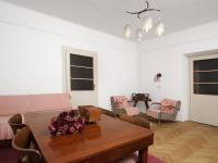 Pohled z obývacího pokoje na dveře do kuchyně a vlevo do dalšího pokoje v  1.NP - Prodej domu v osobním vlastnictví 320 m², České Budějovice