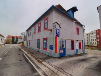 Pohled na dům z ulice a vjezd - Pronájem komerčního objektu 310 m², Blatná