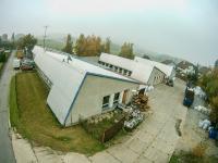 Pohled na pavilon č. 1, vjezd a odstavná manipulační plocha - Prodej komerčního objektu 7165 m², Vacov