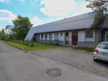 Parkoviště a vstup do administrativní části - Prodej komerčního objektu 7165 m², Vacov