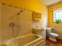 koupelna v přízemí (Prodej domu v osobním vlastnictví 150 m², Metylovice)