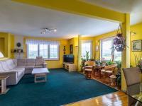 pohled z jídelny do obývacího pokoje (Prodej domu v osobním vlastnictví 150 m², Metylovice)