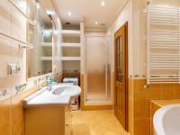 koupelna s rohovou vanou, sprchovým koutem a záchodem (Pronájem bytu 4+1 v družstevním vlastnictví 140 m², Ostrava)