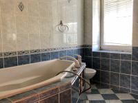 koupelna ve 2.np - Prodej domu v osobním vlastnictví 200 m², Ostrava