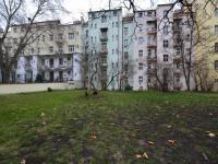 dům a společný dvůr (Prodej bytu 2+1 v osobním vlastnictví 52 m², Praha 7 - Holešovice)