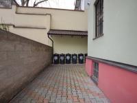společný dvorek (Prodej bytu 2+1 v osobním vlastnictví 52 m², Praha 7 - Holešovice)