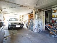 prostorná garáž pro 2 auta (Prodej domu v osobním vlastnictví 213 m², Roztoky)