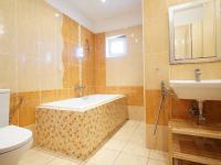 koupelna v 1. podlaží (Prodej domu v osobním vlastnictví 213 m², Roztoky)