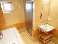 koupelna v 1. podlaží s prostorným sprchovým koutem (Prodej domu v osobním vlastnictví 213 m², Roztoky)