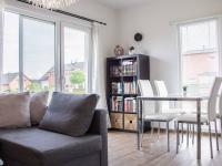 obývací pokoj v přízemí, vchod na zahradu (Prodej domu v osobním vlastnictví 80 m², Nehvizdy)