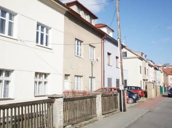 dům stojí v jednosměrné ulici Na Rovni - Prodej domu v osobním vlastnictví 218 m², Praha 6 - Břevnov