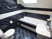 podkroví - koupelna s toaletouu (Prodej domu v osobním vlastnictví 218 m², Praha 6 - Břevnov)