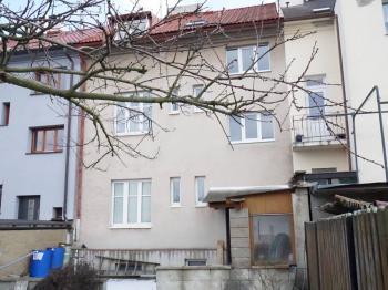 pohled na dům ze zahrady - Prodej domu v osobním vlastnictví 218 m², Praha 6 - Břevnov
