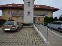 vstup do domu, parkování u domu - Prodej bytu 1+kk v osobním vlastnictví 49 m², Holubice