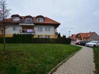 pohled na terasu bytu - Prodej bytu 1+kk v osobním vlastnictví 49 m², Holubice