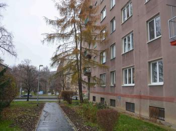 prostranství před domem - Prodej bytu 2+1 v osobním vlastnictví 54 m², Praha 9 - Hloubětín