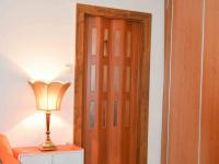 dveře mezi ložnicí (menším pokojem) a obývacím pokojem - Prodej bytu 2+1 v osobním vlastnictví 54 m², Praha 9 - Hloubětín