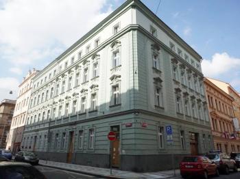 pohled na dům - Pronájem bytu 2+kk v osobním vlastnictví 52 m², Praha 5 - Smíchov