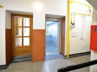 Průchod do zadní budovy - Prodej bytu 2+1 v osobním vlastnictví 68 m², Praha 7 - Holešovice