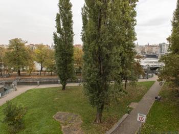 výhled na Tančící dům - Prodej bytu 2+1 v osobním vlastnictví 101 m², Praha 5 - Smíchov