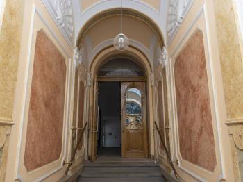 vstup do domu - Prodej bytu 2+1 v osobním vlastnictví 101 m², Praha 5 - Smíchov